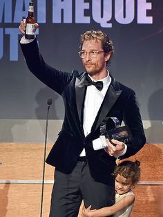 With a beer in hand 'n' daughter by his side, Matthew McConaughey accepted an award in spexy style! Love his dapper translucent yellow glasses!