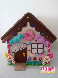 A delicious candy house to decorate your party ! With lots of felt sweets and more than 50 colorful and fun buttons decorating . Cardboard Gingerbread House, Christmas Gingerbread House, Christmas Projects, Christmas Crafts, Christmas Ornaments, Christmas Makes, Felt Christmas, Felt Decorations, Christmas Decorations