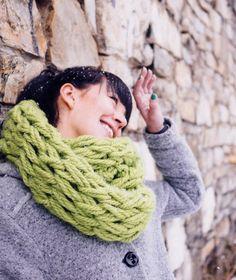 Et smukt halstørklæde kan strikkes på blot 30 minutter, hvis du bruger dine arme i stedet for strikkepinde. Se, hvordan du strikker med armene her!