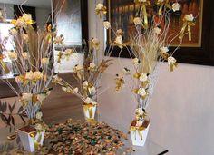 valor R$ 235,99 corresponde a: - 3 mini árvores francesas com mini rosas! - pout porri de folhas e flores secas para voce espalhar na mesa de   decoração!  Mini árvore com galho seco na cor branco, com aprox. 18 mini rosas cada árvore com folhagem verde, e lacinhos cor dourado, num vaso branco MDF. vaso mede 12x12 alt. total de mini árvore 80 cm.alt.  cada mini árvore acompanha ramos secos desidratados como aspargos secos, sementinha e rococó!  poderão ser em várias cores…