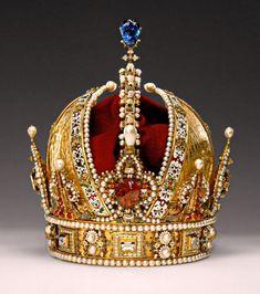 Corona de Rodolfo II esta corona de Rodolfo II permaneció intacta gracias al gran valor simbólico y a la gran calidad de sus materiales. Su datación es de 1602. Sigue las pautas de heráldica en su diseño por lo que consta de tres partes: - Círculo: ribeteado con perlas, está adornado con 8 flores de lis, número en... Ver mas