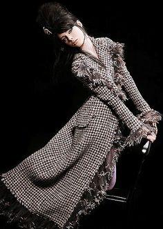 Designermode: Porträits Newcomer internationale Schauen - Chanel Paris - Ideas of Chanel Paris - Chanel Paris Londres Kollektion Coco Chanel, Chanel Paris, Chanel Coat, Chanel Fashion, Love Fashion, High Fashion, Womens Fashion, Fashion Tips, Fashion Design
