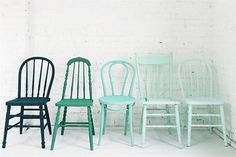 Jugá con colores para renovar tus sillas Para lograr un factor común en distintos modelos de sillas se puede elegir una gama y aplicarla en los diferentes modelos