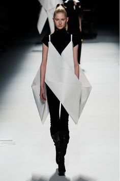 Issey Miyake A/W 2011/12 Amazing paper dresses, constructed while on catwalk!