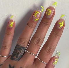 On average, the finger nails grow from 3 to millimeters per month. If it is difficult to change their growth rate, however, it is possible to cheat on their appearance and length through false nails. Aycrlic Nails, Stiletto Nails, Hair And Nails, Glitter Nails, Best Acrylic Nails, Gel Nail Art, Louis Vuitton Nails, Nailart, Uñas Fashion