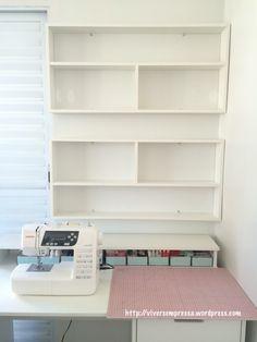 Comprei duas prateleiras modulares e instalei na parede. Deixei um espaço de cerca de 15cm entre uma prateleira e outra para ganhar um espacinho.