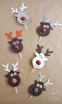 the Lollipop-Nosed Reindeer Rudolph the Red-nosed Reindeer Lollipop craft - super cute gift idea for kids' school classmates for Christmas.Rudolph the Red-nosed Reindeer Lollipop craft - super cute gift idea for kids' school classmates for Christmas. Christmas Gifts For Kids, Christmas Activities, Christmas Projects, Holiday Crafts, Christmas Decorations, Christmas Ornaments, Reindeer Christmas, Christmas Carol, Handmade Christmas