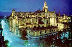 Catedral de Santa María de la Sede de Sevilla. Es la catedral gótica cristiana con mayor superficie del mundo. Según la tradición, la construcción se inició en 1401, aunque no existe constancia documental del comienzo de los trabajos hasta 1433. Obra del siglo XV, majestuoso templo de cinco amplias naves.La edificación se realizó en el solar que quedó tras la demolición de la antigua Mezquita Aljama de Sevilla, de la cual se conservan el alminar (la Giralda) y el Patio de los Naranjos.