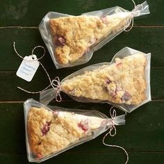 51 DIY Food Gifts Way Sweeter Than Store-Bought Lots of great easy food gift wrapping ideas – I especially like the idea of wrapping scones in disposable icing bags Baking Packaging, Dessert Packaging, Food Packaging Design, Bake Sale Packaging, Packaging Ideas, Diy Food Gifts, Edible Gifts, Homemade Food Gifts, Café Brunch