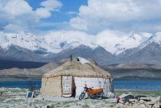 cabinporn: Yurta a lo largo de la Ruta de la Seda, China.  Fotografía de Amelia Anderson.  Via mpdrolet.