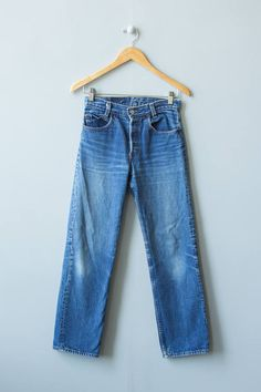 Cute high-waisted 501 Levis with a medium wash. Button fly. Distressed from age. High rise.  ✂ ✂ ✂ M E A S U R E M E N T S ✂ ✂ ✂  waist: 26 hip: 34 inseam length: 29 rise: 11 brand/maker: Levis condition: excellent  to read about our condition standards and read our sizing guide: www.etsy.com/shop/GoldBanana/policy  ✶ visit the shop ✶ http://www.etsy.com/shop/GoldBanana _____________________  ✶ instagram @goldbananavintage ✶ http://www.pintere...