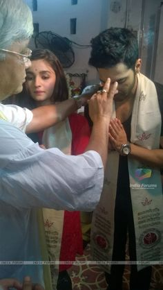 324682-varun-dhawan-and-alia-bhatt-seek-the-blessings-of-goddess-kaali.jpg (600×1063)