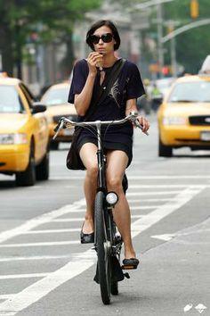 Famke Jansen à New York - parlant au téléphone sur son vélo Gazelle (Dispo chez hollandbikes.com)