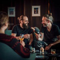 Beste Zeit um mit Freunden und Deinem Lieblingsdrink von Copper & Brave den Sommer zu feiern.          Welcher Drink ist eigentlich Dein Favorit  Voodoo Priest Voodoo Priest Volcano oder Rumble Harbor? #copperandbrave #rum #cocktails #drinks #design #bottle #packaging #lifestyle #geschenke #praesente #geschenkideen #beverages #liquor #longdrink #premium #handcrafted #craftspirits #shop #webshop #barkeeper #bar #spirits #spirituosen #instagood #instalove Voodoo Priest, Rum Cocktails, Brave, Volcano, Instagram, Fictional Characters, Design, Bartenders, Good Times