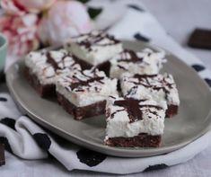Ha te is imádod a bolti Túró Rudit, akkor garantáljuk, hogy ez a pofonegyszerű, sütés nélküli túrós-csokis szelet is felkerül a kedvenc desszertjeid listájára. Nagyjából 30 perc összeállítani, a többi pedig a hűtő dolga. Érdemes kipróbálni! Pudding, Food, Meal, Custard Pudding, Essen, Hoods, Puddings, Meals, Avocado Pudding