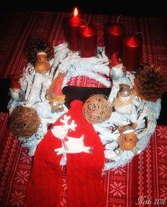 Adventskranz groß mit Elchen, Wichtel, Zwergen, Schneemann, Pinienzapfen, Strickband in rot und vier metallisch rot glänzenden Kerzen