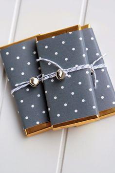 Geschenkpapier schwarz-gold-gepunktet.