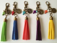 Llavero o charm para bolsa 28.00 cu como recuerdo de butizo y Primera Comunion Diy Jewelry, Beaded Jewelry, Jewelery, Handmade Jewelry, Jewelry Making, Diy Tassel, Diy Accessories, Jewellery Display, Leather Jewelry