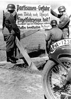 "Union Soviétique, La ""feldgendarmerie"" installe un panneau d'information German Soldiers Ww2, German Army, Military Photos, Military History, Liberia, Luftwaffe, Commonwealth, German Helmet, Wrestling"