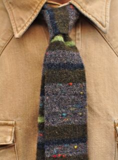 The khaki shirt is a good match for a casual knit tie. Dont like the pattern on this tie though Wool Tie, Knit Tie, Khaki Shirt, Denim Shirt, Jeans, Light Grey Suits, Ivy League Style, Hipster Man, Inspiration Mode