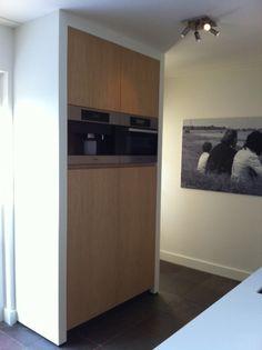Hoge keukenkast met ingebouwde apparatuur. Ontwerp en uitvoer door www.steigerhoutenzo.nl / meubelenmaatwerk.nl