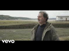 """""""Ce baiser"""" de François Morel. La chanson est belle et le clip  tourné dans la baie de Morlaix, à mon avis la  côte bretonne la plus authentique."""