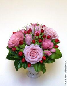Интерьерные композиции ручной работы. Ярмарка Мастеров - ручная работа Букет с кустовыми розами и гиперикумом. Handmade.