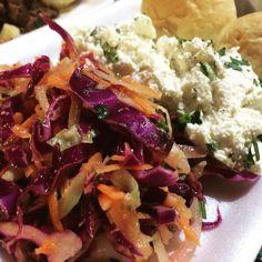 Salada colorida, ricota temperada e pães caseiros