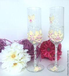 Свадебные бокалы( 2шт) , выполнены с цветочками из глины, бусинами, и росписью . Дополнят свадьбу в любом стиле.  При желании можно выполнить в таком же стиле и другие свадебные аксессуары.