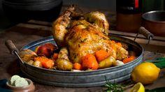 Oppskrift på helstekt kylling med urtesmør, ovnsbakte grønnsaker og eplesirup. Server med urtebakte poteter.