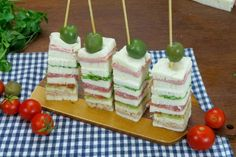 Before lunch or dinner, as a snack or as an aperitif, here's a simple yet creative idea to add some color to the table! INGREDIENTS mayonnaise drained tuna 6 slices of crustless bread pe Cheese Recipes, Pizza Recipes, Fiesta Cake, Finger Sandwiches, Catering Food, Food Humor, Antipasto, Finger Foods, Brunch