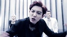Ahahaha epic face, the two in the back tho XD ♥ (gif) #chanyeol #sehun #kai