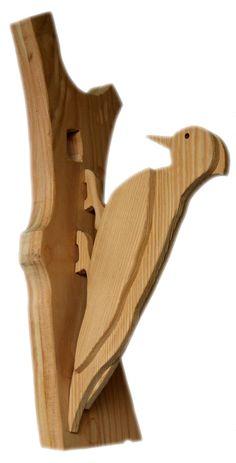 Picchio, in legno larice spazzolato, a strati incollati assieme, si appoggia su base in legno di larice con il foro del nido. Realizzato da www.legnoanimato.it