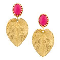 Zu jedem Dress ein eleganter Begleiter: Die Clip Ohrringe Elodie in Gold und Pink. Als Colour Statement oder einfach nur als Hingucker - das güldene Blatt mit dem pinken Cabouchon fällt auf. Exklusiv für INAstyle produziert.