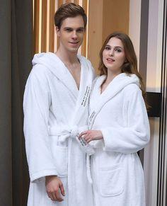 Peignoir à capuche blanc pour femme Des peignoirs parfaits pour la personnalisation, dans le dos ou sur la poitrine. Livraison offerte sous 9 jours ouvrés #couple #bathroom #bathrobe #peignoir #white #blanc #clothing #cocooning #calm #cosy
