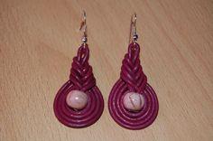 Pendientes de cuero y perlas de cerámica. Tutorial aquí: http://www.youtube.com/watch?v=IR7s974i0N0