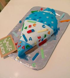 So sweet can be the seriousness of life. The most delicious school bag . Back To School Party, 1st Day Of School, School Parties, High School, School Cake, Experience Gifts, Beer Mugs, Wedding Cupcakes, Easy Cake Recipes