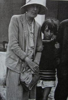 Virginia Woolf and her niece Angelica Bell, 1930 Virginia Woolf, Angelica Bell, Anita Berber, Clive Bell, Dora Carrington, Leonard Woolf, Duncan Grant, Vanessa Bell, Bell Art