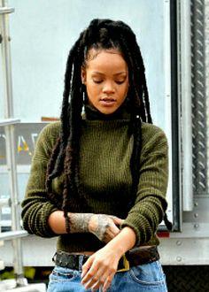 Rihanna is LIFE I loved these dreads on her Moda Rihanna, Rihanna Fenty, Looks Rihanna, Rihanna Style, Black Girl Magic, Black Girls, Black Women, Rihanna Dreadlocks, Rihanna Faux Locs