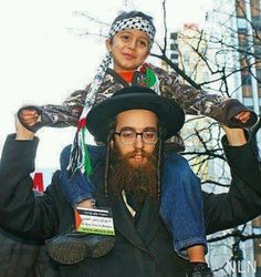 Not all of us Jews are for Israel and its war crimes. An Anti Zionism Jew carrying a Palestinian child on his shoulder. Israel Palestine, Palestine People, Palestine History, Elie Wiesel, We Are The World, Islamic Pictures, Faith In Humanity, Oppression, Human Rights