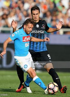 Emanuele Giaccherini (L) of Napoli competes for the ball with Aleksandar Pesic of Atalanta during the Serie A match between Atalanta BC and SSC Napoli at Stadio Atleti Azzurri d'Italia on October 2, 2016 in Bergamo, Italy.