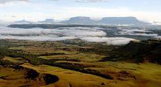 Vista do Gran Sabana, no Parque Nacional  Canaima, na Venezuela. Ao fundo o Monte Roraima (direita) e o Monte Kukenán (ao lado). Foto: PAULO LIEBERT/AE