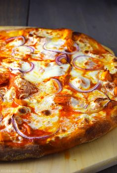 Dec 2019 - Simple buffalo chicken pizza recipe made with buffalo sauce, chicken, red onion, and fresh mozzarella slices. Cooked on a pizza stone to perfection. Buffalo Chicken Pizza, Chicken Breast Pizza, Chicken Pizza Recipes, Pizza With Chicken, Grilled Pizza Recipes, Comida Delivery, Vegan Recipes, Cooking Recipes, Dishes Recipes