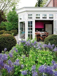 Un invernadero integrado en el jardín