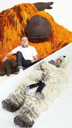 L'artiste Porky Hefer a créé des poufs, lits et hamac plus qu'originaux, en forme d'animaux sauvages. Un moyen de sensibiliser à la disparition de ces espèces menacées.  #peluches
