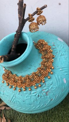 Wedding nails for bride classy green 35 ideas for 2020 Indian Gold Necklace Designs, Antique Jewellery Designs, Indian Jewelry Earrings, Indian Jewelry Sets, Jewelry Design Earrings, Gold Jewellery Design, Gold Temple Jewellery, Gold Jewelry, Wedding Nails