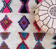 tapis-marocain-motifsècolorés-pouf-en-cuir-blanc