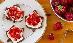 Quick and Easy Strawberry Cheesecake Bites for Canada Day and Fourth of July. Canada Day, Great Recipes, Vegan Recipes, Favorite Recipes, Vegan Meals, Vegan Desserts, Summer Recipes, Appetizer Recipes, Dessert Recipes