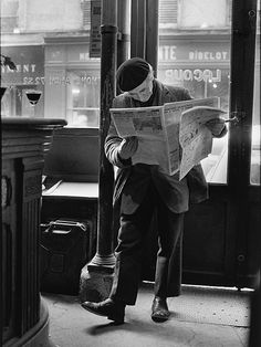 Peter Turnley is the photographic descendant of such master French photographers as Brassaï , Henri Cartier-Bresson , Robert Doisneau , and. Old Paris, Vintage Paris, Black White Photos, Black And White Photography, Robert Doisneau Photos, Saint Paul Paris, Old Photos, Vintage Photos, Journal Photo