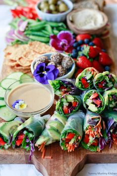 Fresh vegetarian and vegan spring rolls made with rice paper, avocado, bell pepper, and other veggies. Served with homemade peanut sauce, this spring roll recipe is so delicious. Pastas Recipes, Vegan Recipes Videos, Vegan Dinner Recipes, Vegan Recipes Easy, Whole Food Recipes, Vegetarian Recipes, Lunch Recipes, Summer Recipes, Vegetable Recipes